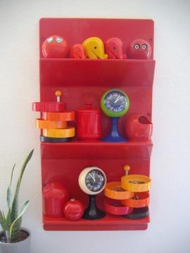 赤いプラスチックの作り付け棚_[0].jpg
